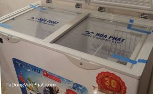 Cửa lùa kính cường lực của tủ đông Hòa Phát 655, 271 lít, HCF-655S2PĐ2 dàn đồng