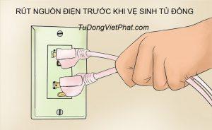 Rút nguồn điện trước khi vệ sinh tủ đông