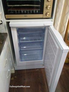 Bên trong tủ đông đứng Hòa Phát HCF 116S 100 lít đặt trong tủ bếp